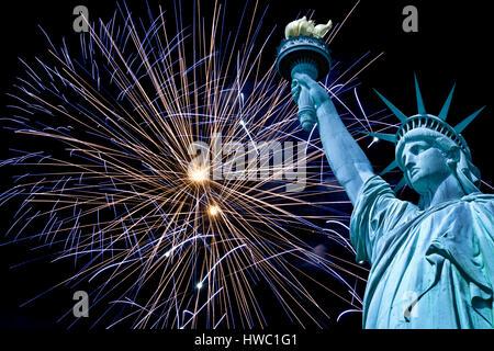 Freiheitsstatue, Nachthimmel mit Feuerwerk, New York, USA - Stockfoto