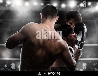 Boxer in einer Boxe Wettbewerb schlägt seinen Gegner - Stockfoto