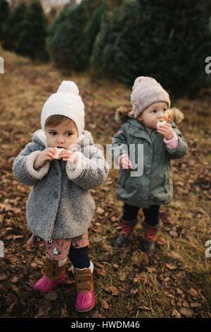 Baby Mädchen essen Brot im Wald - Stockfoto
