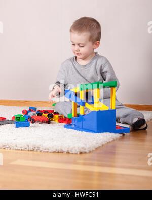Niedlich aussehenden Jungen mit Spielzeug spielen drinnen zu Hause Model Release: Ja. Property Release: Nein. - Stockfoto