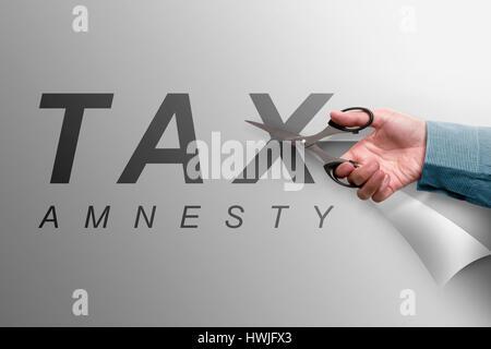 Die Hand, schneiden das Papier, das liest Steueramnestie, Firmen-Konzept-Image - Stockfoto