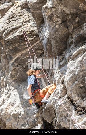 Ein unbekannter junger Mann Kreide bis auf eine sehr schwierige Route entlang der Q'emilin Wanderwege in Post Falls, - Stockfoto