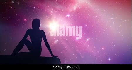 Fit Woman tun die halbe spinal Twist Pose im Fitness-Studio gegen Aurora Nachthimmel in blau - Stockfoto