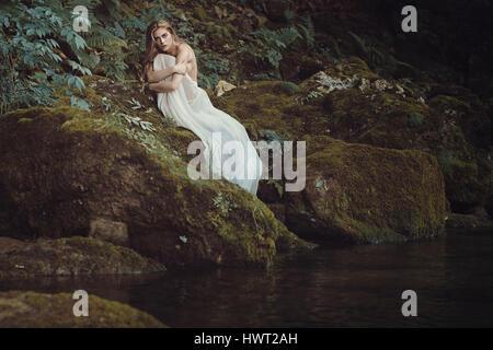 Junge schöne Frau im tiefen Wald. Fantasy und Märchen - Stockfoto