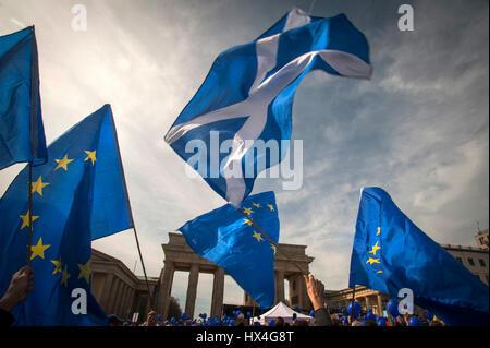 """Berlin, Deutschland fliegt 25. März 2017 die Nationalflagge Schottlands, wie Europäer zusammen auf der """"Marsch für - Stockfoto"""