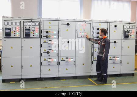 St. Petersburg, Russland - 4. Oktober 2016: Ingenieur stellen Dienstleistungen elektrischen Transformator Station - Stockfoto