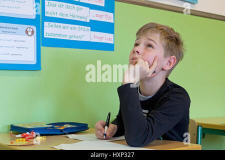 junge Schreibtest an der Grundschule - Stockfoto