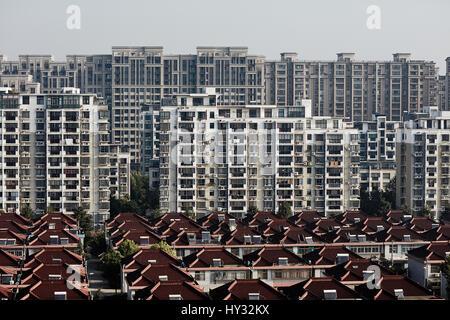 China, Shanghai, Gebäude in der Stadt - Stockfoto