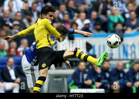 Gelsenkirchen. 1. April 2017. Matija Nastasic (hinten) vom FC Schalke 04 wetteifert mit Marc Bartra von Borussia - Stockfoto