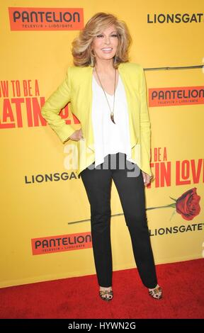 Los Angeles, CA, USA. 26. April 2017. Raquel Welch bei der Ankunft wie zu BE A LATIN LOVER Premiere, ArcLight Hollywood - Stockfoto
