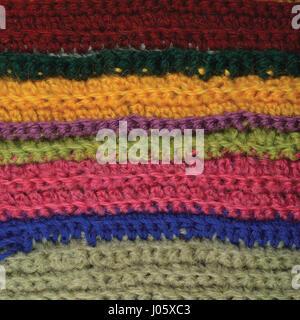 Gestrickte, feine Wolle Kleidungsstück bunten Streifen natürlichen Hintergrundtextur, gelb, Beige, Bordeaux, rosa, - Stockfoto