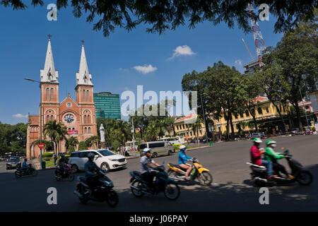 Horizontale Ansicht der Notre Dame Kathedrale in Ho-Chi-Minh-Stadt, HCMC, Vietnam. - Stockfoto