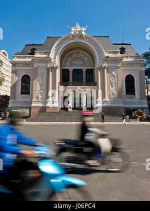 Vertikale Ansicht der Oper von Saigon in Ho-Chi-Minh-Stadt, HCMC, Vietnam. - Stockfoto