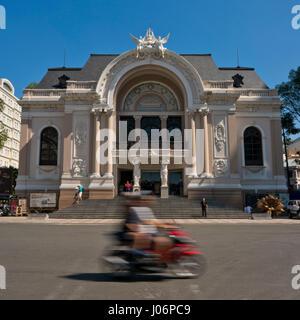 Quadratische Ansicht der Oper von Saigon in Ho-Chi-Minh-Stadt, HCMC, Vietnam. - Stockfoto