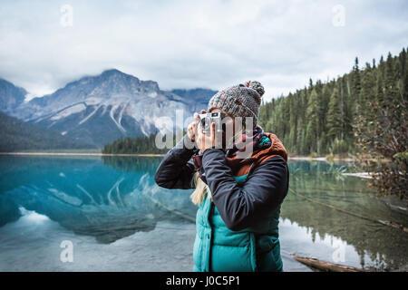 Frau nehmen Foto von Ansicht, Emerald Lake, Yoho National Park, Field, Britisch-Kolumbien, Kanada - Stockfoto