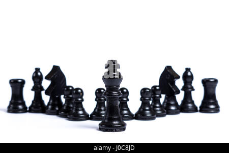 Schwarzen Schachfiguren aufgereiht vor weißem Hintergrund - Konzept der Führung - Stockfoto