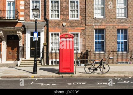 Eine rote Telefonzelle auf Bedford Row in Bloomsbury, London, UK - Stockfoto