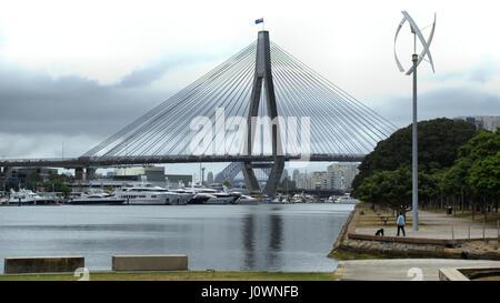 Sydney ANZAC Bridge für den Straßen- und Schienenverkehr über Wasser in Australien - Stockfoto