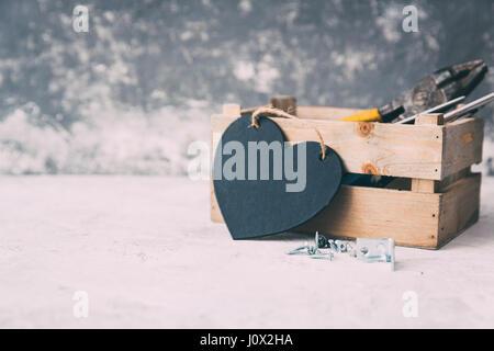 Holzkiste mit Tischler-Werkzeuge und eine Herzform - Stockfoto