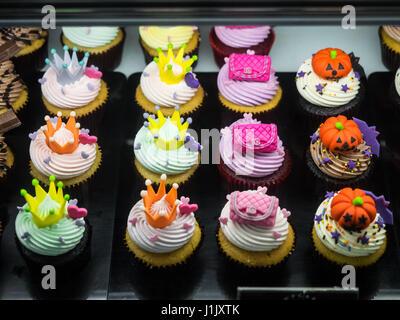 Lust auf Halloween Cupcakes mit Kürbissen, Taschen und Kronen - Stockfoto
