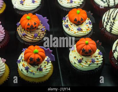 Lust auf Halloween Cupcakes mit Kürbissen, Taschen und Krone - Stockfoto
