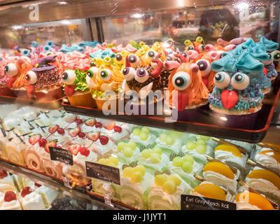 Lust auf Halloween Cupcakes mit bunten Monster - Stockfoto