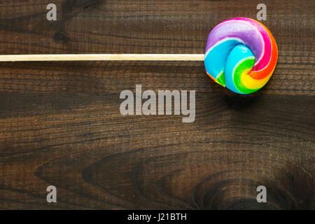 Regenbogen Farbe Lutscher auf hölzernen Hintergrund - Stockfoto