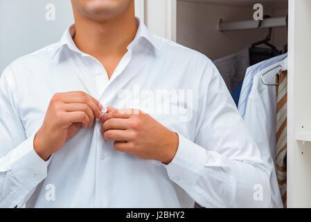 Geschäftsmann, putzt sich für die Arbeit - Stockfoto