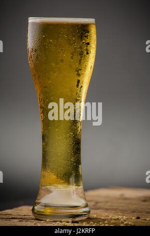 Glas helles Bier auf schwarzem Hintergrund - Stockfoto