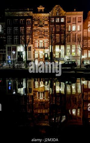 Häuser in der Nacht in Amsterdam spiegelt sich in der Herengracht Kanal - Stockfoto
