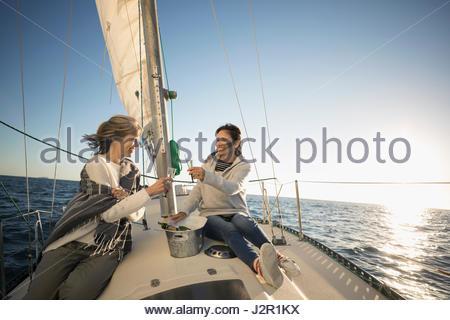 Frauen Freunde Toasten Sektgläser auf sonnigen Segelboot - Stockfoto