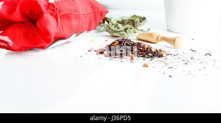 Asiatische aromatischen Tee Zutaten und Kräuter isoliert auf weißem Hintergrund mit Holzlöffel und Keramikschale - Stockfoto