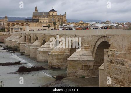 Römische Brücke über den Fluss Guadalquivir und die große Moschee in Cordoba, Andalusien, Spanien. - Stockfoto