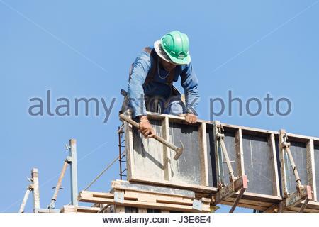 Cabedelo, Paraiba, Brasilien - 4. Mai 2017 - Bauarbeiter arbeiten auf der Baustelle an einem sonnigen Tag - Stockfoto
