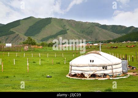 Ger-Camp auf einer großen Wiese in Ulaanbaatar, Mongolei - Stockfoto