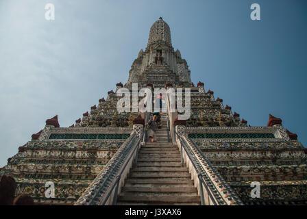 Blick auf die Stufen der Tempel der Morgenröte, Bangkok - Stockfoto