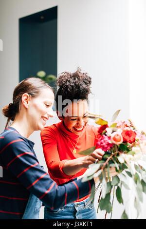 Blumengeschäft und Schüler arrangieren Bouquet blumenarrangierens Workshop - Stockfoto
