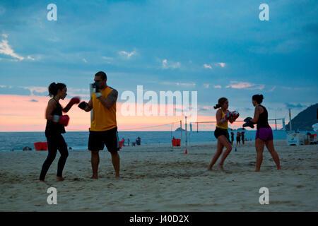 Boxen mit einem personal Trainer bei Ipanema ist Strand eine neue Trendsportart in Rio De Janeiro - Stockfoto