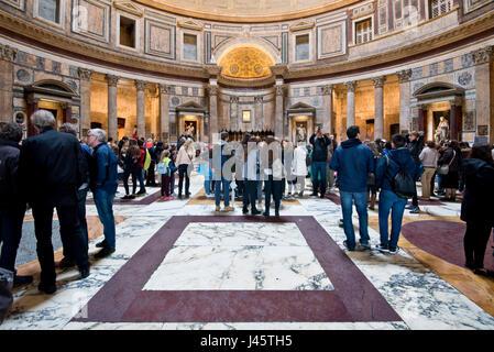 Eine Innenansicht der Touristen Besucher in das Pantheon in Rom. - Stockfoto