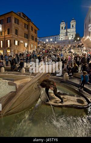 Spanische Treppe in Rom einen Touristen posieren für ein Foto auf dem Brunnen das hässliche Boot-Abend, Nacht mit - Stockfoto