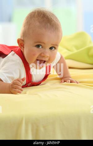 Baby, 7 Monate, Lächeln, fügen Sie Unterstützung Porträt, Modell veröffentlicht, Menschen, Kind, Kleinkind, Kind - Stockfoto