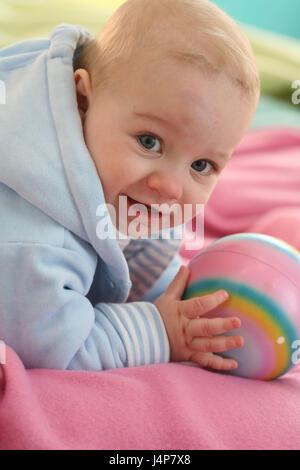 Baby, 6 Monate, Porträt, Ball, gewellt, Modell veröffentlicht, Menschen, Kind, Kleinkind, Kind-Porträt, Baby Portrait - Stockfoto