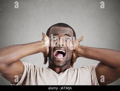 Closeup Portrait verärgert betonte jungen Mann drückte seinen Kopf, verrückt, schreien, seinen Verstand zu verlieren, - Stockfoto