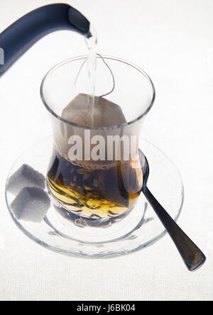 Tee trinken trinken Lätzchen Untertasse Integration Löffel Tasse Glas Kelch Becher Essen - Stockfoto