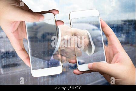 Zwei Geschäftsmann Hände halten Smartphones. Mann Anzug an Hand mit Handschlag mit Flughafen binär codiert Hintergrund. - Stockfoto