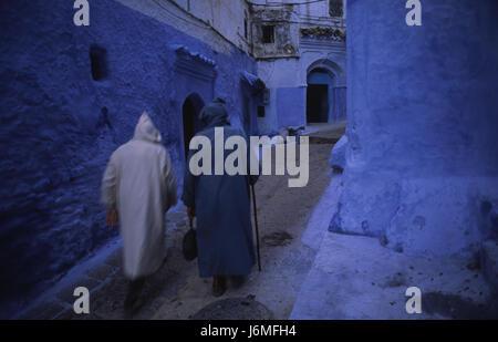 17.11.2010, Tanger, Marokko, Afrika - einheimischen Spaziergang durch das Labyrinth der Gassen und vorbei an blau - Stockfoto