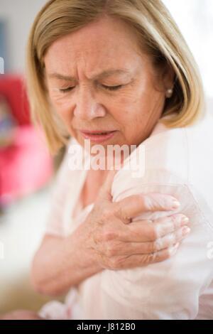 Frau mit Schmerzen in der Schulter. - Stockfoto