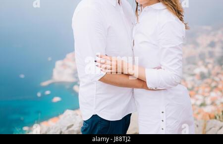 Das Brautpaar halten Hände auf einer Aussichtsplattform über Dubrovnik. Paar Hand in Hand. Hochzeit in Kroatien. - Stockfoto