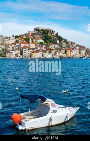 Boot am Meer Promenade Pier, mit Altstadt im Hintergrund, Sibenik, Dalmatien, Kroatien - Stockfoto