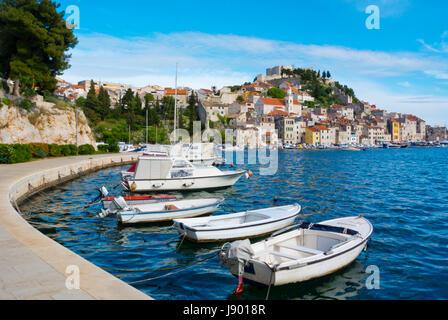 Boote auf der Strandpromenade, mit Altstadt im Hintergrund, Sibenik, Dalmatien, Kroatien - Stockfoto